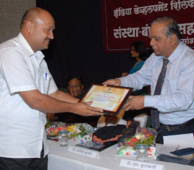 13936Mr. D.S.Kulkarni giving Certificate to Dr. Prasad Deodhar(